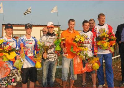 En compagnie de M. Loïc Bouvard, au centre les vainqueurs Hendrickx/Liepins, à gauche  Giraud /Musset second et à droite l'équipage russe troisième Schirbinin/Kurpneiks.